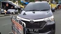 Emak-emak yang mengemudikan Toyota Avanza menerobos barikade yang dibuat polisi. (Instagram @satlantas_polrestanatoraja))