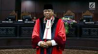 Hakim Konstitusi Arief Hidayat saat akan diambil sumpahnya sebagai Ketua Mahkamah Konstitusi periode 2017 - 2020 di Gedung MK, Jakarta, Jumat (14/7). Arief Hidayat terpilih secara aklamasi melalui musyawarah mufakat. (Liputan6.com/Johan Tallo)