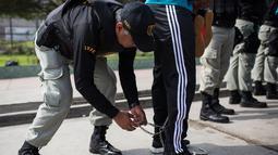 Penjaga membuka belenggu dari anggota tim sepak bola narapidana sebelum bermain di Penjara San Juan de Lurigancho, Lima, Peru, Kamis (24/5). (AP Photo/Rodrigo Abd)