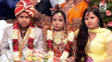 Kamini dan Nisha dilarang untuk melihat tubuh suaminya. Tak hanya itu, sang suami pun selalu menggunakan alat kelamin palsu saat berhubungan seks.