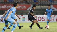 Striker Madura United, Bayu Gatra (tengah) dijaga sejumlah pemain Persela Lamongan dalam laga matchday ke-3 Grup C Piala Menpora 2021 di Stadion Si Jalak Harupat, Bandung, Kamis (1/4/2021). (Bola.com/Ikhwan Yanuar)