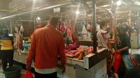 Sejumlah lapak pedagang daging sapi yang masih berjualan di Pasar Cisalak, Rabu (20/1/2021). (Liputan6.com/Dicky Agung Prihanto)