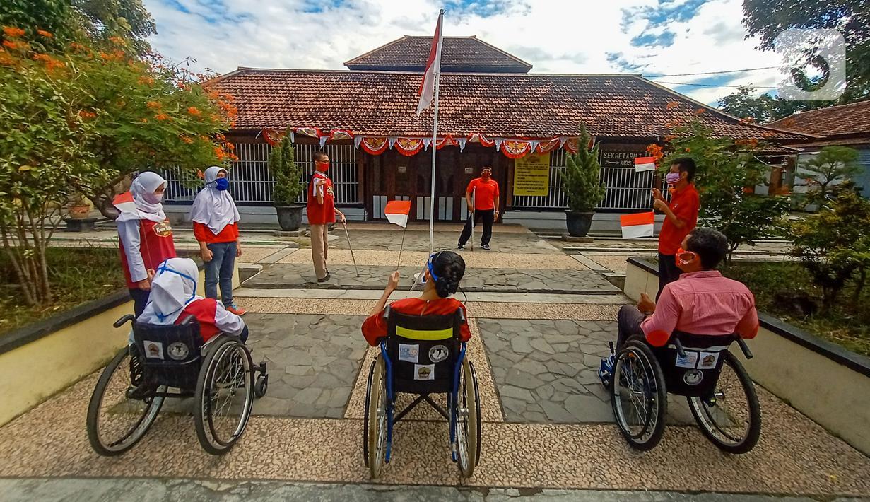 Penyandang disabilitas dari Komunitas Roemah Difabel Semarang melakukan upacara bendera HUT ke-75 RI di Halaman Sobokarti Semarang, Senin (17/8/2020). Upacara ini sebagai salah satu bukti rasa berbangsa dan cinta tanah air serta ungkapan dalam menghargai jasa para pahlawan. (Liputan6.com/Gholib)