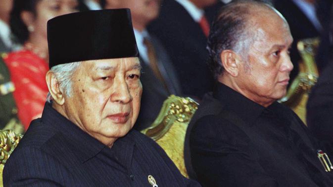 BJ Habibie yang menjabat sebagai Menteri Negara Riset dan Teknologi (Menristek) duduk disebelah Presiden ke-2 RI Suharto dalam pertemuan dengan para menteri mengenai pengembangan proyek ekonomi terintegrasi di Jakarta pada 20 Januari 1998. (AP Photo/Muchtar Zakaria)