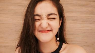 Aktris sinetron berdarah Korea ini memang dikenal memiliki wajah yang cantik dan imut. Dirinya selalu cocok menggunakan busana apapun bahkan berwarna gelap sekalipun. Seperti saat dirinya paaki model Halter neck yang buat dirinya memesona.(Liputan6.com/IG/@rantymaria)