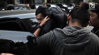 Tersangka kasus pembunuhan suami dan anak tiri, Aulia Kesuma menutupi wajah dengan jaket saat tiba di Mapolda Metro Jaya, Jakarta, Kamis (29/8/2019).  Aulia Kesuma dikenakan  Pasal 338 dan 340 (KUHP tentang pembunuhan berencana). (merdeka.com/Iqbal S. Nugroho)