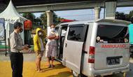 Mobil ambulans yang digunakan rombongan untuk jalan-jalan terjaring operasi kepolisian di pos penyekatan Tol Cikarang Barat. (Istimewa)