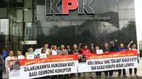 Aktivis gerakan Mahasiswa 77-78 membentangkan spanduk saat menggelar aksi di depan gedung KPK, Jakarta, Rabu (22/3). Mereka mendesak KPK agar segera mengusut kasus mangkrak seperti Bank Century, BLBI serta Rekening Gendut. (Liputan6.com/Helmi Afandi)
