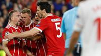Pemain Bayern Munchen Franck Ribery (kiri) merayakan gol bersama rekan setimnya saat melawan Sevilla dalam pertandingan Liga Champions di stadion Sanchez Pizjuan di Sevilla (3/4). (AP Photo / Miguel Morenatti)