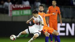 Gelandang Belanda, Davy Propper, menahan pergerakan gelandang Belarusia, Stanislav Dragun, pada laga kualifikasi Piala Dunia 2018 di Stadion Borisov Arena, Borisov, Sabtu (7/10/2017). Belarusia kalah 1-3 dari Belanda. (AP/Sergei Grits)