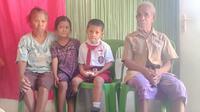 Foto: Yesi Ndun, bocah difabel di NTT bersama kembaran dan kakek neneknya (Liputan6.com/Ola Keda)