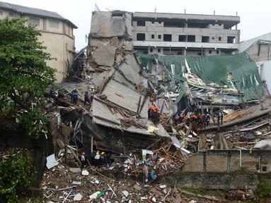 Kondisi bangunan yang roboh di Kolombo, Sri Lanka, Kamis (18/5). Sedikitnya 20 pekerja berhasil diselamatkan dari reruntuhan dan puluhan rekan mereka yang lain masih dalam tahap pencarian. (AFP/Ishara S. KODIKARA)