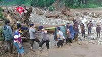 Petugas SAR Brimob membantu melakukan evakuasi warga terdampak longsor di Kabupaten Kuningan Jawa Barat. (Dok Brimob Jawa Barat / Panji Prayitno)