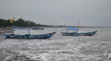 Badai siklon tropis cempaka memicu gelombang tinggi di perairan selatan Jawa dan Samudera Hindia. (Foto: Liputan6.com/Muhamad Ridlo)