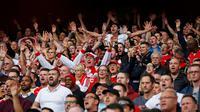 Fans Arsenal meberikan dukungan kepada timnya saat Laga lanjutan Liga Premier Inggris di Emirates Stadium. Minggu (04/10/2015). Arsenal menang 3-0. (Action Images via Reuters / Carl Recine)