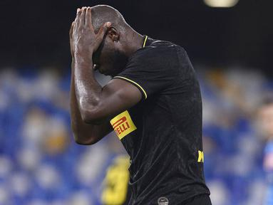 Striker Inter Milan, Romelu Lukaku, tertunduk lesu usai ditahan imbang Napoli pada laga Coppa Italia di San Paolo, Minggu (14/5/2020). Kedua tim bermain imbang 1-1. (AP/Cafaro)