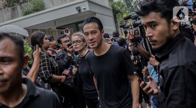 Presenter Daniel Mananta tiba melayat  ke rumah duka almarhum Ashraf Sinclair di Pejaten Barat IV, Jakarta, Selasa (18/2/2020). Suami Bunga Citra Lestari, Ashraf Sinclair wafat di usia 40 tahun. (Liputan6.com/Faizal Fanani)