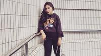 Prilly Latuconsina termasuk salah satu wanita yang gemar memakai sneakers. Berbusana santai dan kasual menjadi pilihan Prilly dalam kesehariannya.  (Instagram)