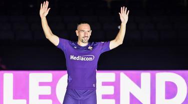 Rekrutan baru Fiorentina, Franck Ribery, menyapa suporter saat sesi perkenalan di Stadion Artemio Franchi, Florence, Kamis (22/8). Gelandang asal Prancis ini didatangkan secara gratis dari Bayern Munchen. (AFP/Andreas Solaro)