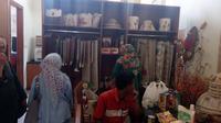 Pengunjung tengah memilih baju (Liputan6.com/Jayadi Supriadin)