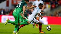 Gelandang Inggris, Raheem Sterling membawa bola dari kejaran dua pemain Slovenia pada grup F kualifikasi Piala Dunia 2018 di stadion Wembley di London, (5/10). Inggris mengumpulkan poin 23 di Grup tersebut. (AP Photo/Frank Augstein)