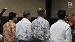 Menpora Imam Nahrawi (kanan) bersama saksi lain mengambil sumpah sebelum bersaksi di Pengadilan Tipikor, Jakarta, Senin (29/4/2019). Menpora hadir memenuhi panggilan sebagai saksi dalam sidang lanjutan kasus dugaan suap Dana Hibah KONI. (merdeka.com/Iqbal Nugroho)