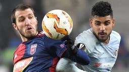Pemain Chelsea, Emerson Palmieri, duel udara dengan pemain Vidi FC, Marko Scepovic, pada laga Liga Europa di Stadion Groupama, Hungaria, Kamis (13/12). Kedua tim bermain imbang 2-2. (AP/Tibor Illyes)