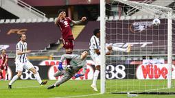 Pemain Torino, Antonio Sanabria, mencetak gol ke gawang Juventus pada laga Serie A di Stadion Olympic, Turin, Minggu (4/4/2021). Kedua tim bermain imbang 2-2. (Marco Alpozzi/LaPresse via AP)