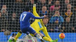 Pemain Chelsea,  Pedro (kiri) menceetak gol ke gawang Newcastle pada Lanjutan Liga Inggris pekan ke-26 di Stadion Stamford Bridge, London, MInggu (14/2/2016) dini hari WIB. (AFP/Glyn Kirk)