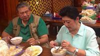 Ani Yudhoyono dan SBY saat menyantap bakso (Dok.Instagram/@aniyudhoyono/https://www.instagram.com/p/BO_pRL6lSQS/Komarudin)