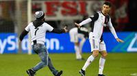 Seorang penyusup masuk ke lapangan untuk memeluk Cristiano Ronaldo saat laga Juventus melawan Bayer Leverkusen pada pertandingan Liga Champions di Bay Arena, Leverkusen, Jerman, Rabu (11/12/2019). (AP Photo/Martin Meissner)