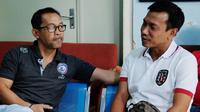 Widodo C. Putro dan Aji Santoso, dua mantan pemain Timnas Indonesia beradu strategi dalam laga Arema FC melawan Bali United. (Bola.com/Iwan Setiawan)