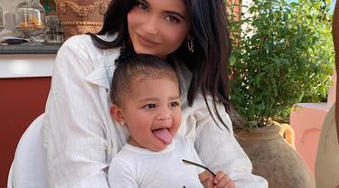 Kompaknya Kylie Jenner dan Stormi Webster memakai baju putih. Melalui akun Instagramnya, Kylie Jenner mengumuman lahirnya Stormi Webber pada tanggal 1 Februari 2018 (Liputan6.com/IG/@kyliejenner).