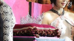 Mahkota Miss Grand Indonesia 2018 diperlihatkan pada gelaran Welcome Dinner di Jakarta, Rabu (11/7). Mahkota itu persembahan Passion Jewelry terdiri dari 7640 butir Berlian dan Ruby dengan total 71 karat senilai Rp3 miliar. (Liputan6.com/Faizal Fanani)
