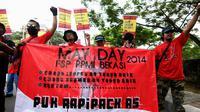 Ribuan buruh yang tergabung dalam FSP-PPMI SPSI Bekasi melakukan long march melewati jalan   Latuharhary, Jakarta, Kamis (1/5/2014) (Liputan6.com/Faizal Fanani)