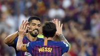 Pemain Barcelona, Luis Suarez, merayakan gol yang dicetaknya ke gawang Huesca pada laga La Liga Spanyol di Stadion Camp Nou, Barcelona, Minggu (2/8/2018). Barcelona menang 8-2 atas Huesca. (AFP/Lluis Gene)