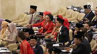 Krisdayanti saat menghadiri pelantikan anggota DPR, MPR, dan DPD di Kompleks Parlemen, Jakarta, Selasa (1/10/2019). Diva asal Batu tersbut dilantik sebagai anggota DPR RI periode 2019-2024. (Liputan6.com/JohanTallo)
