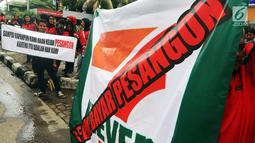 Karyawan Eks 7-Eleven membentangkan spanduk saat Demo di depan Kantor Pengusaha Sungkono Honoris, Jakarta, Rabu (9/1). Mereka menuntut pembayaran uang pesangon yang sampai saat ini belum mereka terima semenjak 7-Eleven tutup. (Liputan6.com/Johan Tallo)