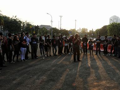 Aktivis Jaringan Solidaritas Korban untuk Keadilan (JSKK) menggelar aksi Kamisan ke-589 di depan Istana Merdeka, Jakarta, Kamis (20/6/2019). Dalam aksinya, JSKK meminta Presiden Joko Widodo memegang teguh komitmen untuk menyelesaikan pelanggaran HAM berat masa lalu. (Liputan6.com/Johan Tallo)