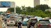 Suasana arus lalu lintas di sepanjang ruas jalan tol Bandara Soekarno Hatta, Cengkareng, Tangerang, Rabu (24/12). Meningkatnya penumpang pada Natal dan Tahun Baru tahun ini membuat kemacetan di Terminal 1 dan 2. (Liputan6.com/Faisal R Syam)