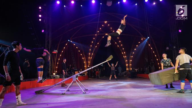 Pemain sirkus Oriental Circus Indonesia (OCI) menggelar sesi latihan jelang gelaran The Great 50 Show di Senayan, Jakarta, Rabu (12/12). The Great 50 Show merupakan pertunjukan kombinasi sirkus tradisional dan modern. (Liputan6.com/Fery Pradolo)