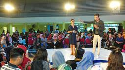 CEO Malesbanget.Com, Christian Sugiono saat menjadi pembicara di EGTC 2017 di Universitas Airlangga, Surabaya, Kamis (14/9). Para pembicara tersebut juga berbagi pengalaman tertinggi dan pembelajaran praktek terbaik. (Liputan6.com/Helmi Afandi)