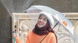 Simpel dengan knit oranye serta hijab coklat tua, OOTD Sohwa pakai baret putih ini bisa jadi inspirasi para remaja agar makin kekinian. (Liputan6.com/IG/@sohwahalilintar)