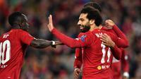 Para pemain Liverpool merayakan gol yang dicetak Mohamed Salah ke gawang Salzburg pada laga Liga Champions di Stadion Anfield, Liverpool, Rabu (2/10). Liverpool menang 4-3 atas Salzburg. (AFP/Paul Ellis)