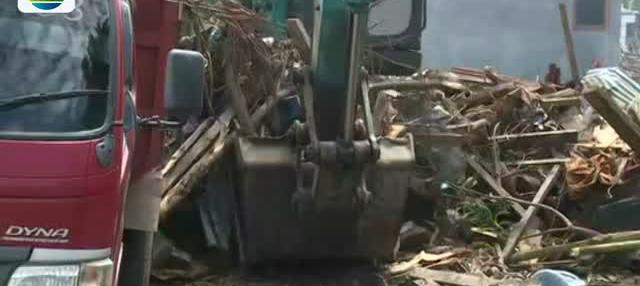Berbagai bangunan hancur porak poranda akibat terjangan tsunami yang terjadi pada 28 September lalu.