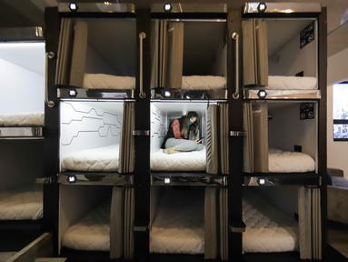Seorang tamu terlihat di hotel kapsul Caps Future Rooms, Bogota, Kolombia, 6 Agustus 2020. Sebagai respons terhadap COVID-19, hotel tersebut menerapkan sejumlah langkah keamanan dan sanitasi tambahan. (Xinhua/Jhon Paz)