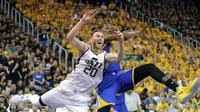 Forward Golden State Warriors, Kevin Durant (kanan), melanggar forward Utah Jazz, Gordon Hayward, pada Gim 3 Semifinal Wilayah Barat di Utah, Sabtu (6/5/2017). (AP Photo/Rick Bowmer)