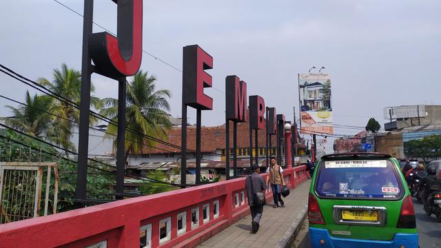 angkutan umum melintasi jembatan merah bogor