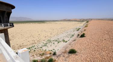 Foto pada 13 Juli 2017 memperlihatkan kondisi bendungan El-Haouareb yang mengalami kekeringan di dekat Kairouan, sekitar 160 km selatan Tunis, Tunisia. Wilayah ini mengalami kekeringan parah yang disebabkan oleh kemarau berkepanjangan. (FETHI BELAID/AFP)