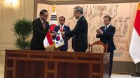 Menpan RB Syafruddin bersalaman dengan Menteri Dalam Negeri dan Keamanan Korea Selatan, Kim Boo Kyum disaksikan presiden kedua negara. (Istimewa)